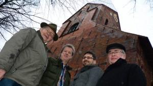 Frank Rohmann, Gunter Godemann, Paul Zelinski und Reiner Sterzik (v.l.) setzen sich erfolgreich für die Reparatur der Turmuhr von Gadebusch ein.