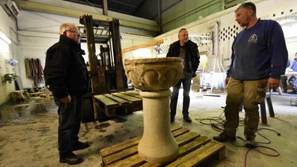 Das Taufbecken steht: Gerhard Schotte, Matthias Bresien und Sven Kawen in der Steinmetzwerkstatt. Fotos: Volker Bohlmann