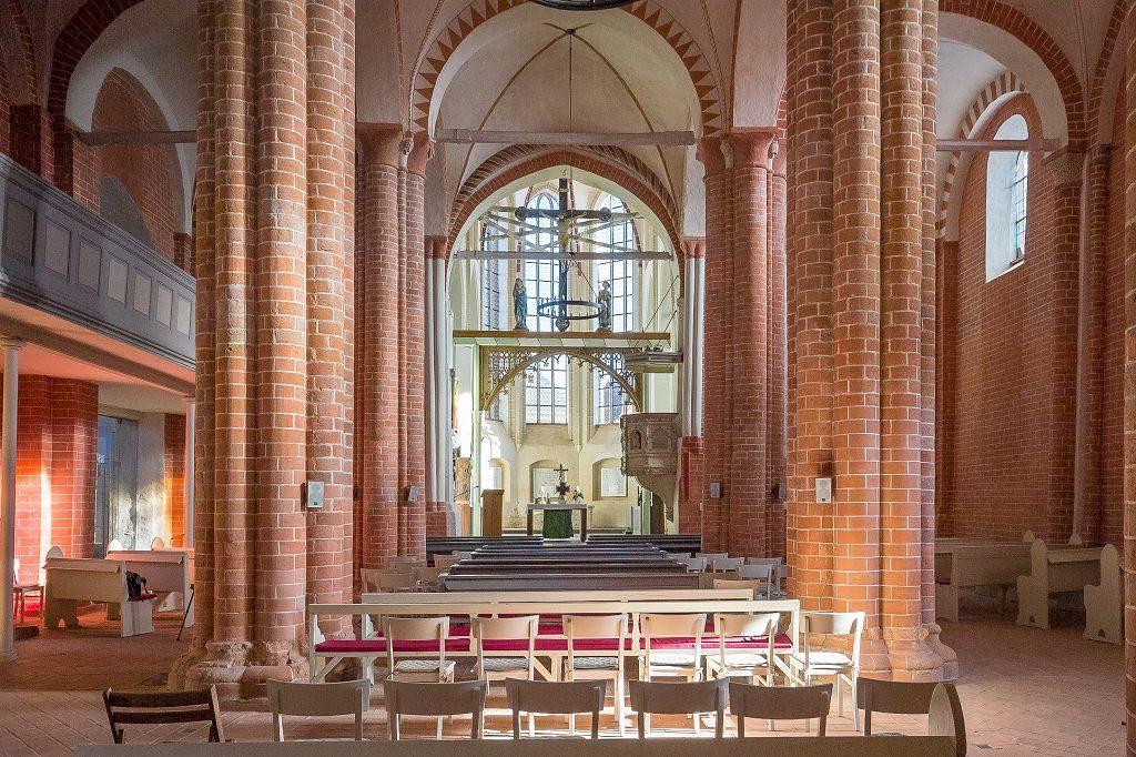 Bild mit Kirche von Westen gesehen